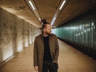 NEWTON FAULKNER Shares 'Live & Acoustic' version of his debut double-platinum album 'Hand Built by Robots'