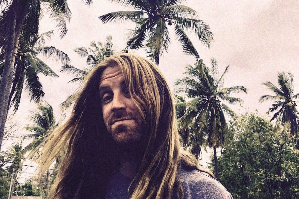 The Coral's IAN SKELLY announces his second solo-album 'Drifter's Skyline' - Hear first single 'Captain Caveman'