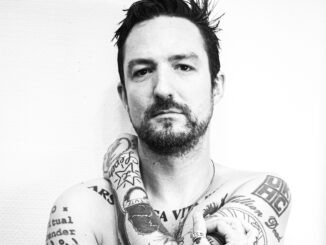 FRANK TURNER releases a new version of NOFX's 'Falling In Love' - Listen Now 1